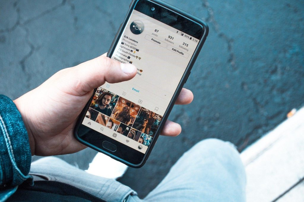 Personne utilisant Instagram sur son smartphone.