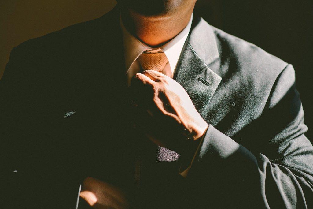 Homme d'affaires mettant une cravate.
