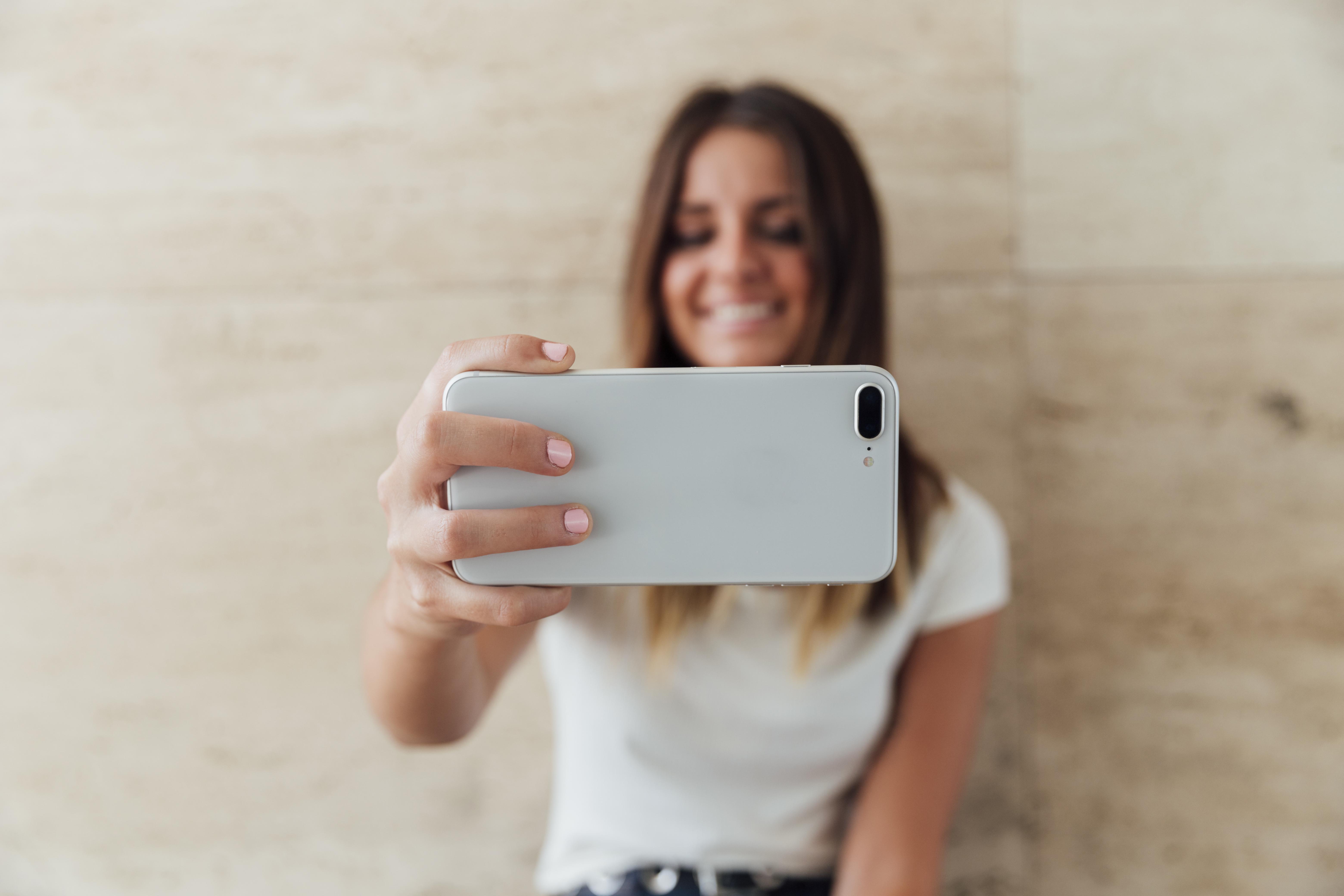 Jeune femme faisant un Instagram Reels.